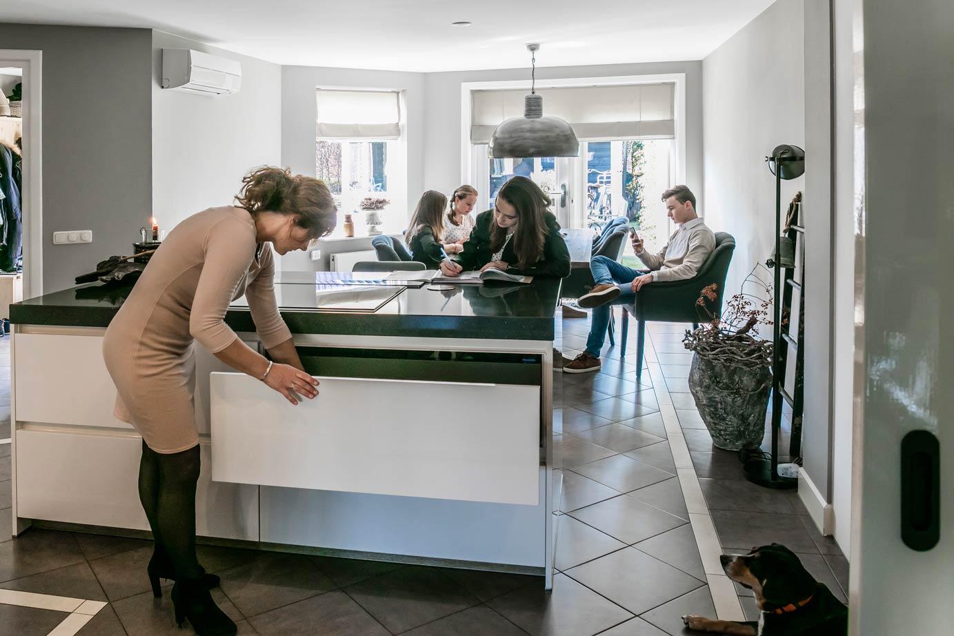 Een keuken met een eiland bekijk tientallen voorbeelden adee
