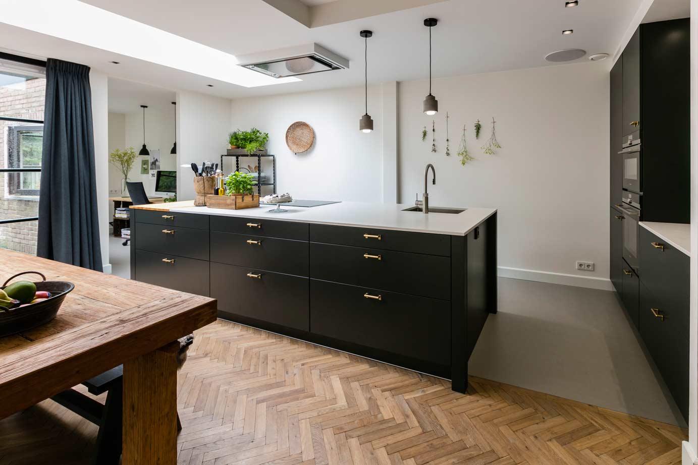 Mat Zwarte Keuken : Zwarte keukens in elke stijl budget en opstelling adee